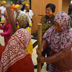 Menteri KLHK, Siti Nubaya Memperhatikan Perempuan Karang nutu lisung